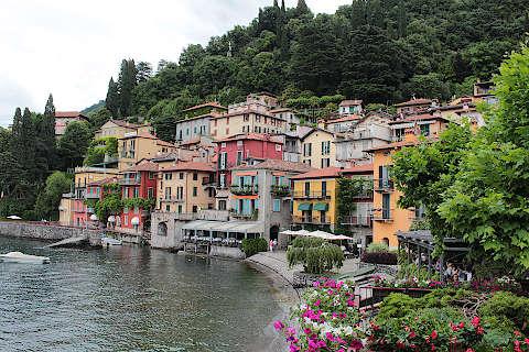 Varenna, Italie est une ville portuaire pittoresque sur ...
