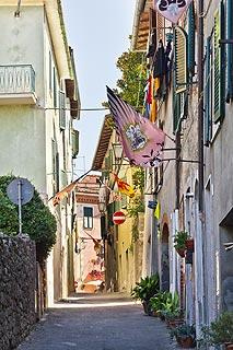 Narrow street in centre of Asciano