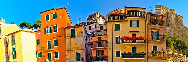 colourful houses in Lerici piazza